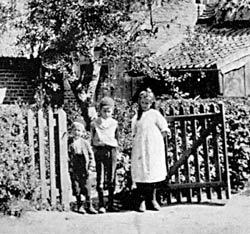 Children outside cottages in Glapton, near Clifton, c.1906.