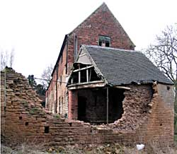 Semi-derelict 17th/18th/19th century outbuildings at Town End Farm, Nuthall (photograph: A Nicholson, 2004).